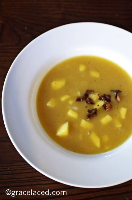 Roasted acorn squash soup with apples and bacon | gracelaced.com